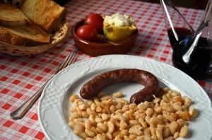 Mostra d'un esmorzar de forquilla, mongetes amb botifarra