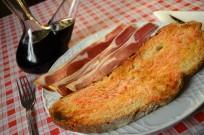 Mostra d'un esmorzar de forquilla, pa amb tomàquet i pernil salat