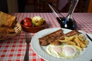 Mostra d'un esmorzar de forquilla, ous ferrats amb cansalada